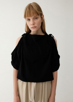 SHOULDER OPEN CRAPE TOP